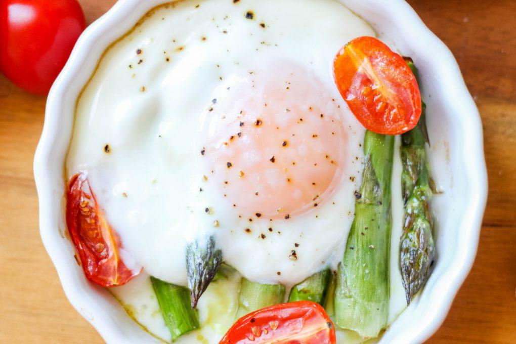 pieczone szparagi z jajkiem