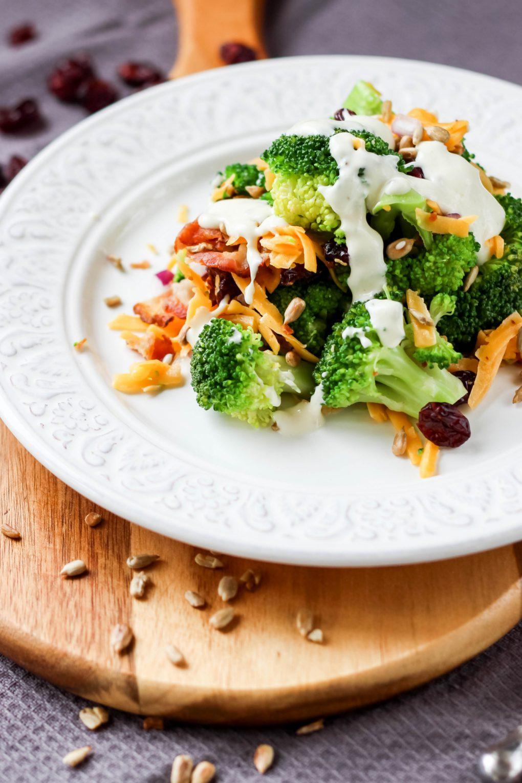 Sałatka brokułowa z serem cheddar