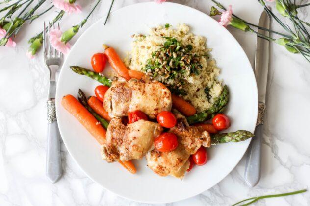 Pieczony kurczak z warzywami i ziołowym kuskusem