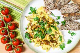 Jajecznica z kurkami i boczkiem – najlepsza wersja